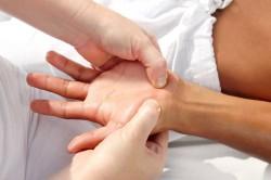 Лечебный массаж на кисти рук