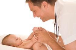 Консультация педиатра для диагностики пупочной грыжи